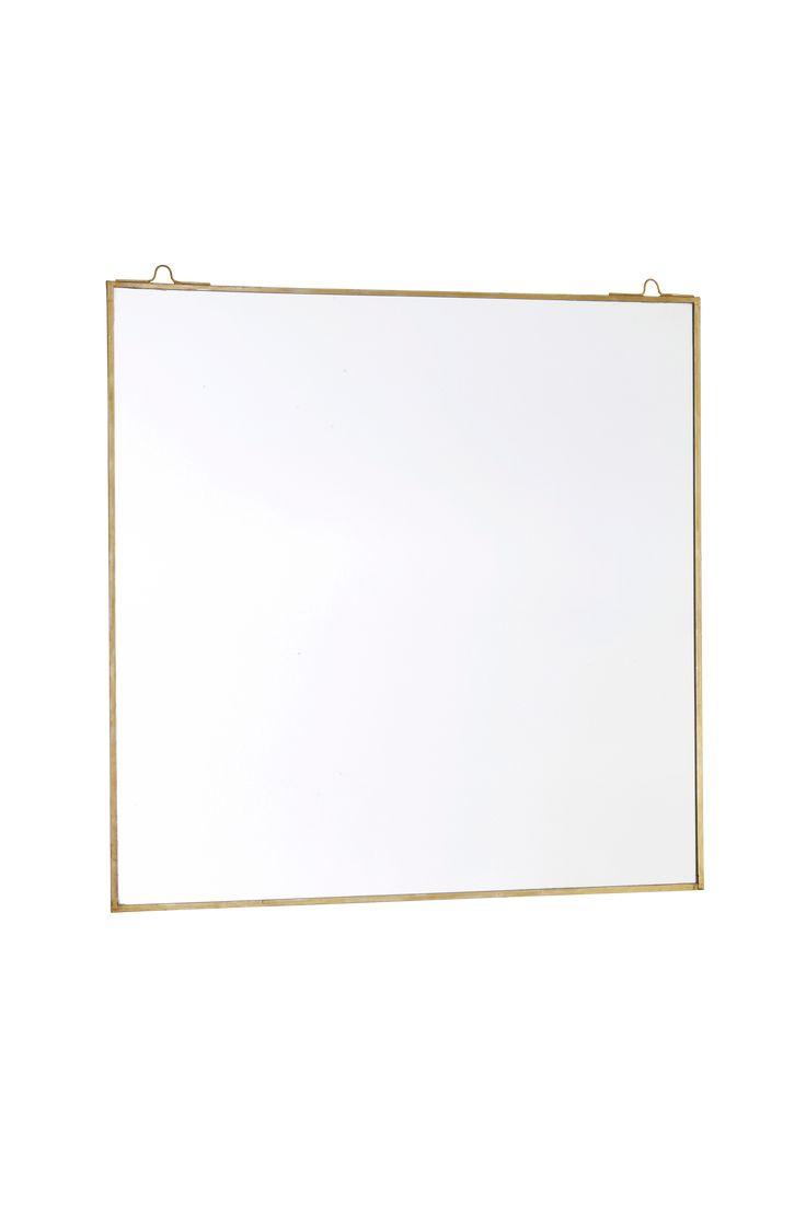 Använd speglar som inredningsdetalj. Satsa gärna på en stor spegel som verkligen tar för sig. Material: Metall och spegelglas. Storlek: Höjd 40 cm, bredd 40 cm. Beskrivning: Fyrkantig spegel med tunn metallram. Tips/råd: En spegel på väggen behöver inte vara en. Att gruppera tre lagom stora speglar blir fint och känns lite mer kreativt.