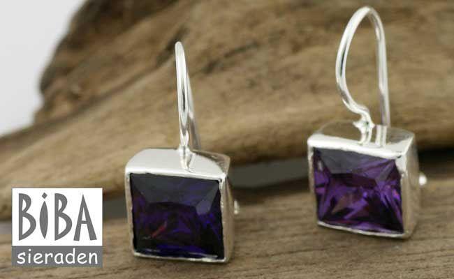 Prachtige oorbellen met paarze zirkonia, zilver omlijst.<br /> <br /> Trendy sieradenmerk BIBA heeft in haar sieradencollectie een lijn <strong>zilveren oorbellen</strong> opgenomen met verschillende vrolijke kleuren zirkonia.<br /> <br /> Deze BIBA <strong>zilveren oorbellen</strong> hebben een schitterende paarse zirkonia en zullen prachtig staan.<br /> Kies de de <strong>zilveren oorbellen<&#x...