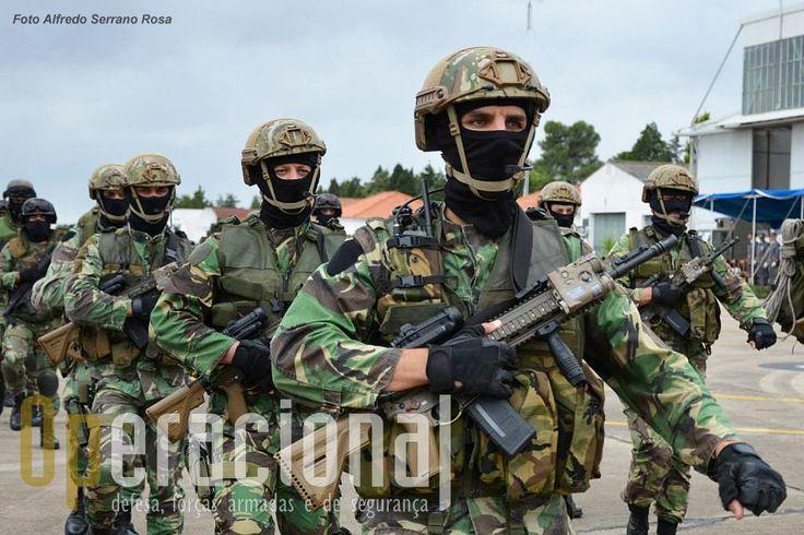 Elementos da força de operações especiais equipados com a espingarda de assalto HK 416 A5 5,56mm