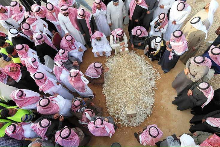 (お悔やみ)   SaudiArabia/首都Riyadh23日、逝去Abdullah国王の墓の周りに追悼する人達。と/仏AFP 墓、実に質素だ…、輪廻転生概念なく、死を一生の終着点と考えず、アラーの審判の日に再び蘇る為、遺体は土葬。