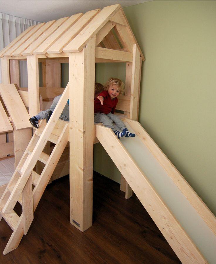 Duo Boomhut bed met glijbaan. Van nieuw steigerhout met plaats voor 2 kids om te slapen en goed voor uren pret! Van Mura Mura