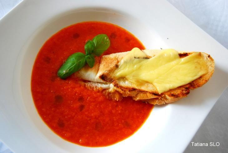 Лёгкий томатно-морковный крем суп с гренкой.
