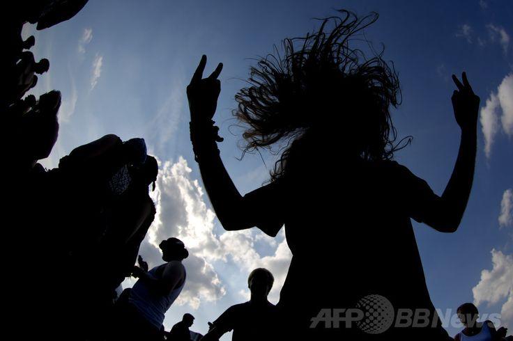 ドイツ北部ワッケン(Wacken)で開かれたヘビーメタルの音楽祭でヘッドバンギングするファン(2013年8月1日撮影、資料写真)。(c)AFP/PHILIPP GUELLAND ▼4Jul2014AFP|ヘビメタ音楽のファン、ライブでヘッドバンギングして脳出血 http://www.afpbb.com/articles/-/3019732