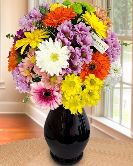 Buchet de vară cu flori colorate.  Colorful summer bouquet