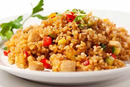 Stekt ris er alltid godt. Hvis du kombinerer med kylling i tillegg, så får du en middagsrett som jeg nok vil tro faller i smak hos de fleste. Det er mange som dropper ris, fordi de vil leve på lavkarbo-kosthold. Det er helt greit, men om du først skal kose deg med litt ris, så er stekt ris med kylling en herlig rett som de fleste vil takke ja til.