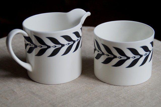 Cudnej urody mlecznik i cukiernica. Retro przedmioty projektu Susie Cooper, kolekcja SPARTA, porcelana WEDGWOOD. Bardzo dobrej jakości biała ceramika z czarnym matowym wzorem.