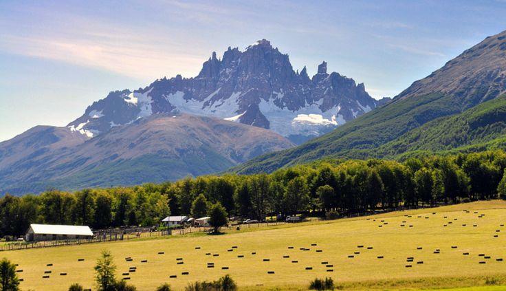 """A unos 80 km desde Coyhaique hacia el sur, se encuentra una de las montañas mas características del la patagonia """"Cerro Castillo"""", llamada así por su forma similar a  un castillo. En la propia reserva cerro castillo, habitan nuestros simbolos patrios huemules y condores, una buena posibilidad de conocerlos es atravez de los circuitos de  trekking que posee la reserva."""