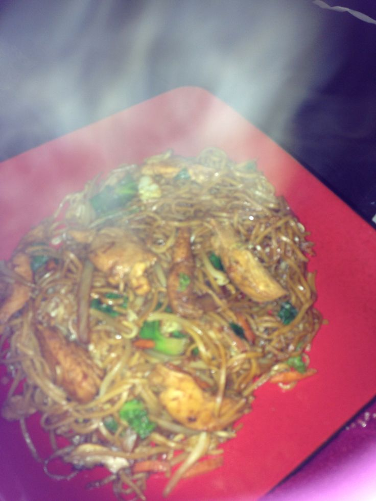 Slimming world chicken chow mein  2 chicken breasts  8tbs light soy sauce 1tsp Chinese 5 spice  1/2 garlic powder   Mix together and marinate for 20min  Meanwhile cook 250g noodles   Stir fry chicken and sauce for 4/5 minutes   Add 1bag of stir fry veg stir fry for another 4 minutes   Add noodles and add 2tbs dark soy sauce and 1/2tsp 5 spice   Stir together for 3 minutes and ENJOY