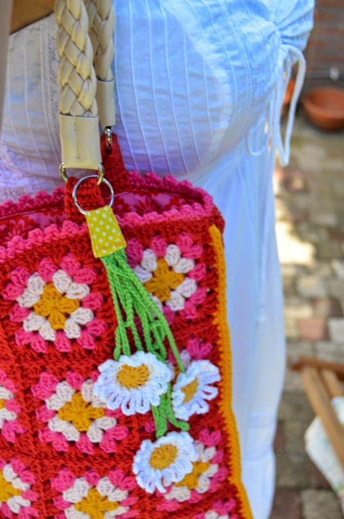 crochet bag with daisy flower pattern