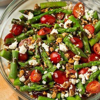 Salades d'asperges rôties au chèvre et noix de Grenoble :http://roxannecuisine.com/recette/salades-asperges-roties-au-chevre-et-noix-de-grenoble/