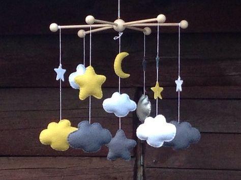 Mobile CESAR pour la chambre de bébé : nuages, étoiles et lune en feutrine