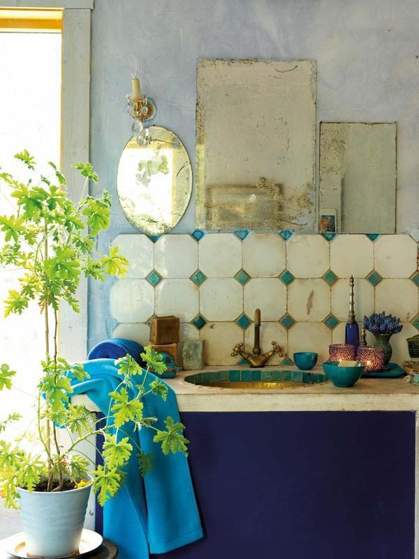 Растения  радуют глаз и оживляют интерьер - с этим утверждением не поспоришь! Поэтому, если в ванной есть окно, её можно украсить комнатным цветком, а если окон нет - срезанными цветами или просто листьями! #смесители #сантехника #дизайн #ванна