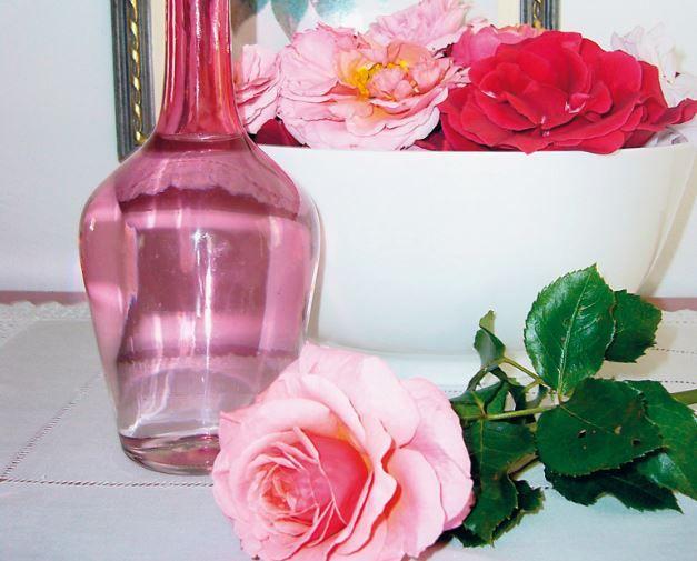 Con le rose si può preparare un delizioso liquore, il ratafià, dal dolce sapore floreale e da degustare in occasioni speciali. Ecco come prepararlo