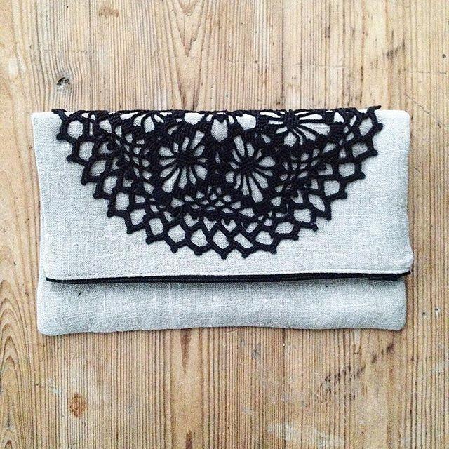 Foldover clutch made of undyed linen. #foldoverclutch #linen #recycle #crochet #diydye #doily #accessories #aftonvaska #accessoar #återbruk #virka #väska #fest #linne #handgjort #iltalaukku #pellava #käsintehty #virkkaus #kierrätys #johannasandbergdesign
