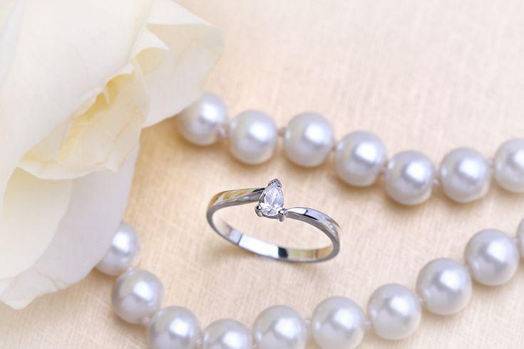 Inel de logodna cu diamant - RD185W - Inel twist aur alb 18kt cu un diamant in forma de para pe www.royaldiamante.ro