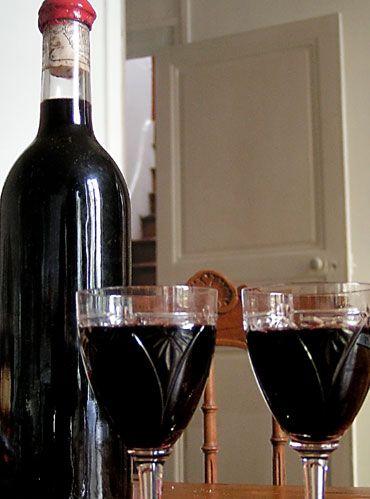 deux verres et une bouteille