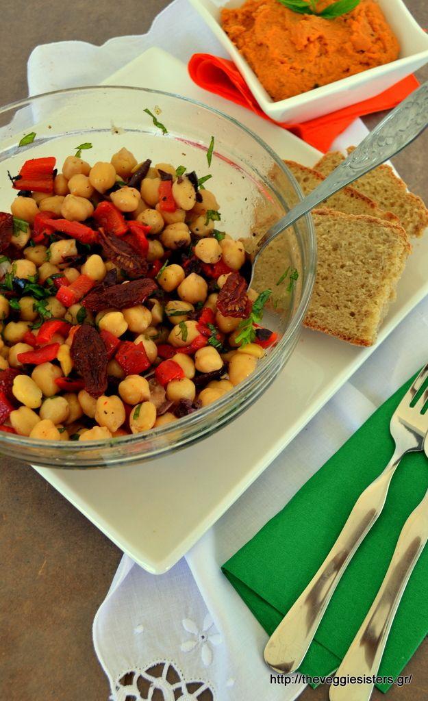 Δροσιστική σαλάτα με ρεβύθια, πιπεριές, ελιές κ ημίλιαστα ντοματίνια + χούμους παντρεμένο με σάλτσα ντομάτας-φέτας