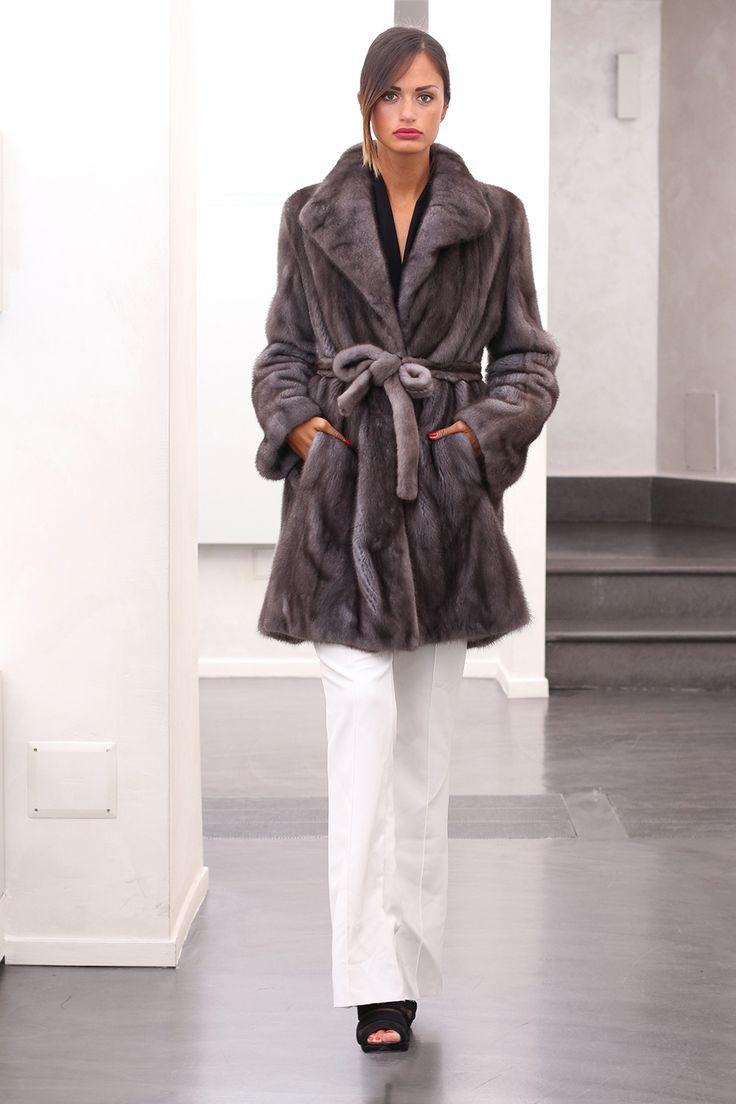 Blue Iris Female Mink coat with hooks. Cappotto di Visone Femmina Blue Iris con gancetti. #elsafur #fur #furs #furcoat #coat #mink #minkcoat #cappotto #peliccia #pellicce