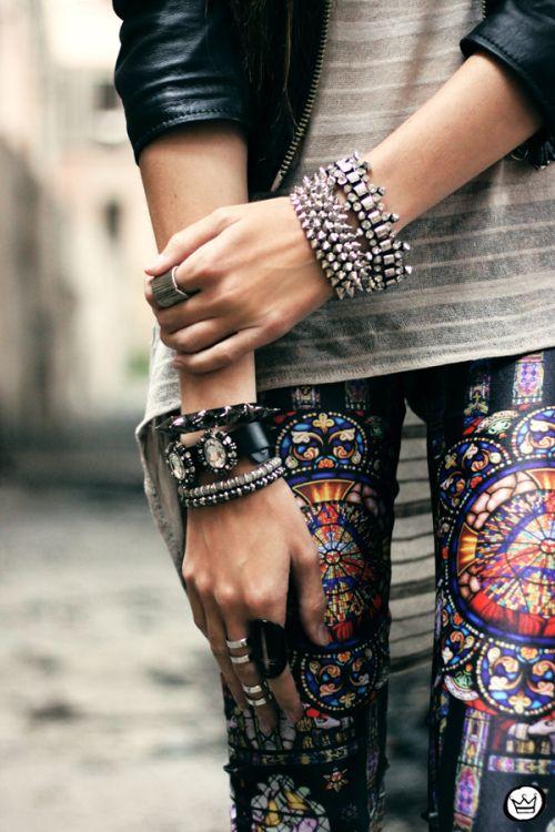 Glam Rock: colorful Print leggings, Basic Shirt and leather jacket. Paired with sparkling rhinestone bracelets