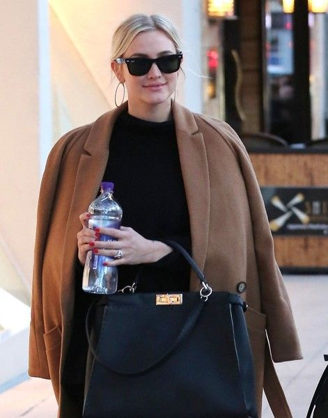 Ashlee Simpson Photos Photos - Couple Ashlee Simpson and Evan Ross take their daughter Jagger out for lunch with friends at Il Pastaio in Beverly Hills, California on December 20, 2015. - Ashlee Simpson and Evan Ross Take Jagger Out For Lunch