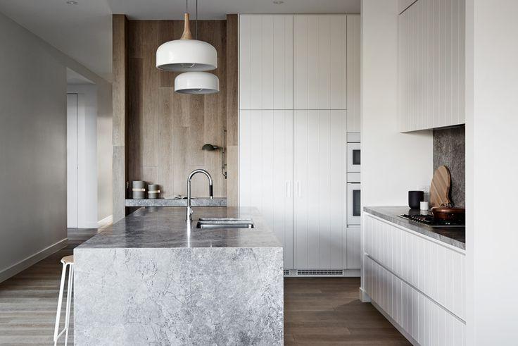 Fehér deszka frontok, fa panelek és vmi sötétebb tónusú szürke márvány