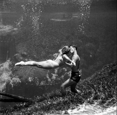 kissingUnderwater Kisses, Buckets Lists, Romantic Couples, Black White Photography, Black And White, The Ocean, A Kisses, Underwater Photography, Romantic Pictures