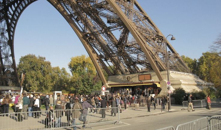 Groep moslimimmigranten lokt vrouw naar Eiffeltoren, verkracht haar vervolgens op brute wijze