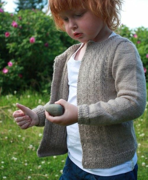 En strikket jakke som passer til det meste, både til hverdags- og festbruk.