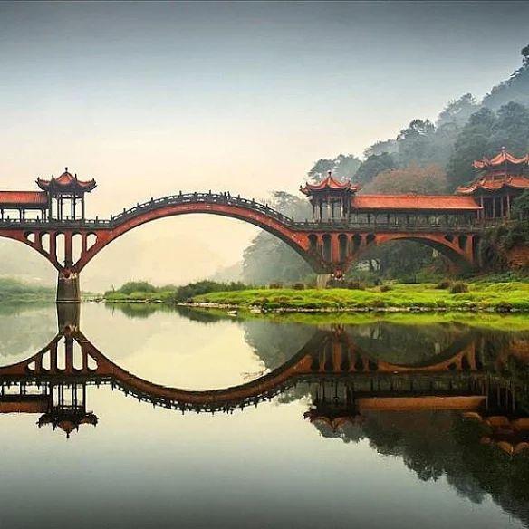 Un puente cerca de las estatuas de Buda gigante de Leshan Grutas en la provincia de Sichuan, China MustVisit