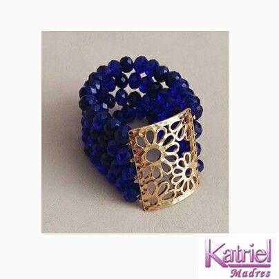 Hermosa pulsera-brazalete con rondelas y placa baño dorado.
