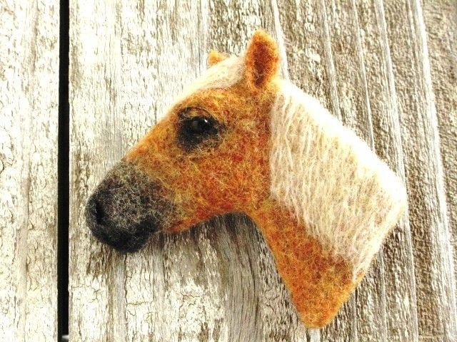 Image first piece of horse brooch ~ Palomino Hen