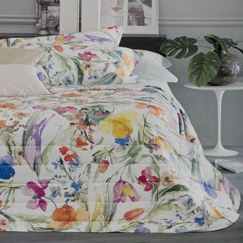 Svad Dondi, trapuntino matrimoniale Florilegio in raso di cotone. La parte superiore presenta un'elegante stampa floreale che si contrappone alla parte sotto in tinta unita. Per una camera da letto romantica e femminile.