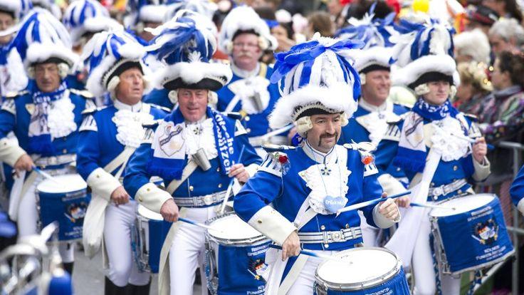 Manche fürchten sie, die Narren sehnen sie herbei: In den rheinischen Karnevalshochburgen beginnen die tollen Tage. Viele fragen sich: Was soll das Chaos? Wir sortieren für Sie.