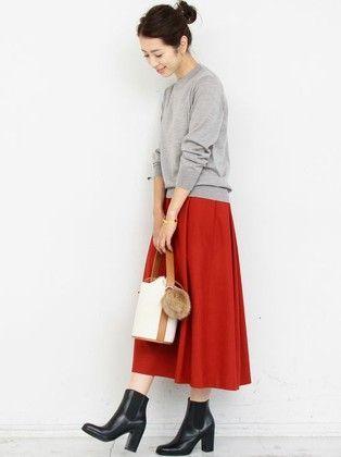 ハイゲージの細やかな編み目と、とろんとしたしなやかさが上品な印象のハイネックニット。 すっきりとしたボディシルエットはトレンドのワイドボトムと好相性。 ミモレ丈スカートにショート丈ブーツでフェミニンな着こなしに。