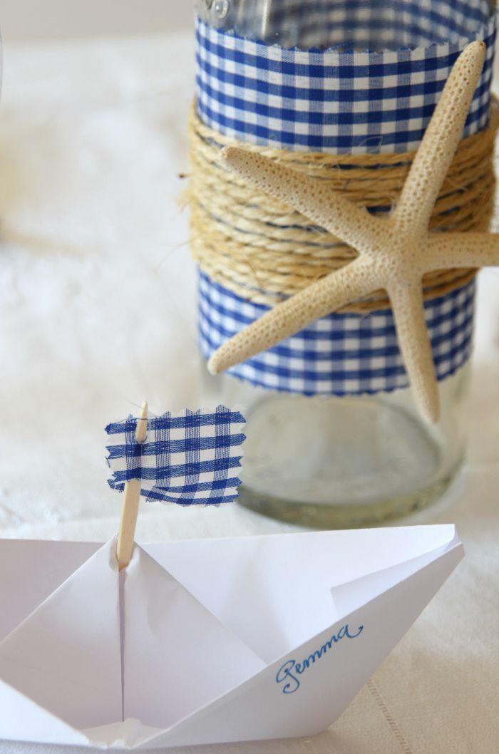 marcasitios con barquitos de papel para una mesa marinera