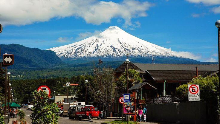 Localizada na beira do lago e aos pés do vulcão Villarrica, Pucón é uma cidade encantadora e oferece inúmeras atividades e paisagens de tirar o fôlego. A maneira mais fácil de chegar a Pucón é pegar um voo até Temuco, a 110km da cidade, e de lá pegar um ônibus, trem ou alugar um carro. Pucón é um destino para visitar o ano todo. No inverno aproveita-se a temporada de esqui, no verão as temperaturas são mais agradáveis e é ideal para os esportes aquáticos.