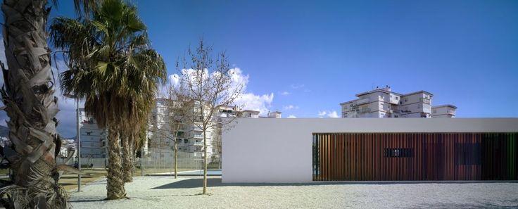 GANA Arquitectura, Jesús Granada · Edificio de vestuarios y pistas deportivas en un parque · Divisare