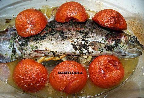 La meilleure recette de Truite au four! L'essayer, c'est l'adopter! 0.0/5 (0 votes), 0 Commentaires. Ingrédients: 1 truite saumonée de 750 g, 1 citron si possible bio, 3 tomates, 1 oignon (rouge pour moi), thym (thym citron pour moi), du persil, 1 bonne branche de romarin (mais on peut aussi mettre de l'aneth ou du gingembre) 1 feuille de laurier sèche (ou 2 fraiche), 3 gousses d'ail, huile d'olive, sel, poivre, 25 cl de vin blanc sec,