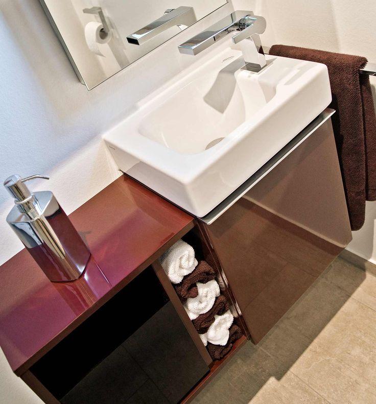 Waschtisch mit Unterschrank und Aufsatzwaschbecken. Mehrere offene Regale und eine große Schublade