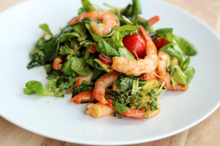 Een heerlijke én supersnelleAziatische salade met garnalen, radijs, tomaatjes, avocado, tuinkers en een Aziatische dressing op basis van chilisaus en soja. Bak de garnalen in wat olijfolie mooi roze en gaar. Snijd de radijsjes, tomaatjes en avocado in plakjes en knip de tuinkers los van het plantje. Maak de dressing door chilisaus, sojasaus, vissaus, sesamolie, …