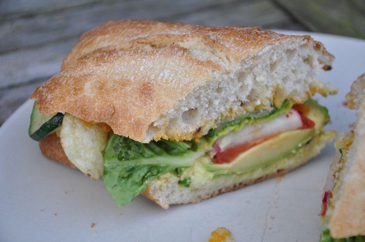 Ein lecker belegtes Sub schmeckt draußen gegessen nochmal so gut! UnsereZutatenwaren: 1 Chiabattabrot, aufgebacken vegane Majo Avocado Tomaten karamelisierte Zwiebeln Chips Zucchinischeiben, gebr…