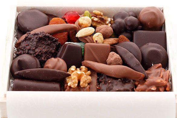 チョコレート好きな私が特に喜ばせたい相手への手みやげにするのが、広尾にあるスフレ専門店、ル スフレのショコラ詰め合わせ。お味はもちろん、箱を開けた時のゴージャスな景色もうれしいのです。