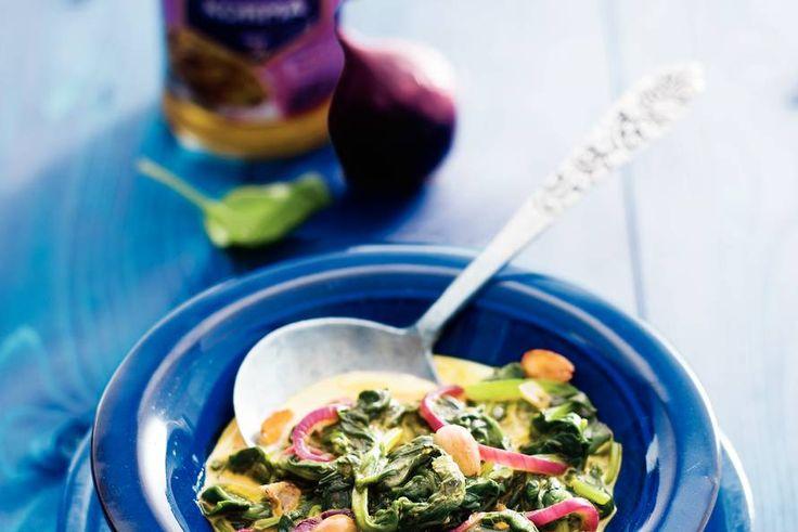Indiase spinazie met romige kormasaus en rode ui - Recept - Allerhande