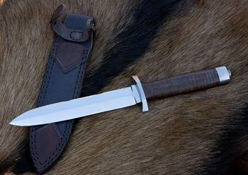 nůž: Dýka Relikt ocel: N690 Bohler celková délka: 295mm délka čepele: 165mm síla čepele: 6mm materiál rukojeť: složená s kožených kroužků, nerezová záštita a patice pouzdro: kožené pouzdro