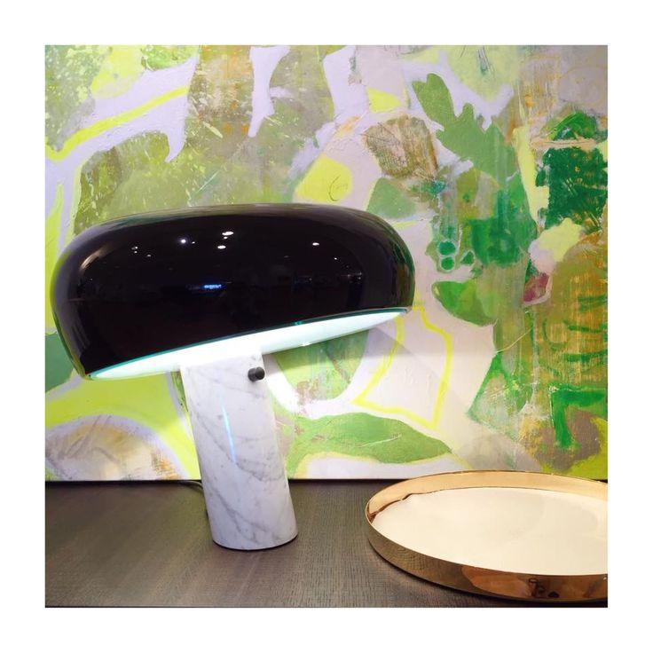 Lampan Snoopy från Flos, brickan i mässing med skinnbotten är från Skultuna & målningen i bakgrunden är målad av Rebecca Lundh
