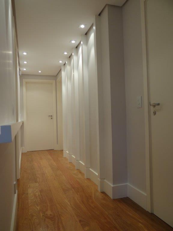 Iluminação direcionada para parede futuramente decorada com quadros e fotos.