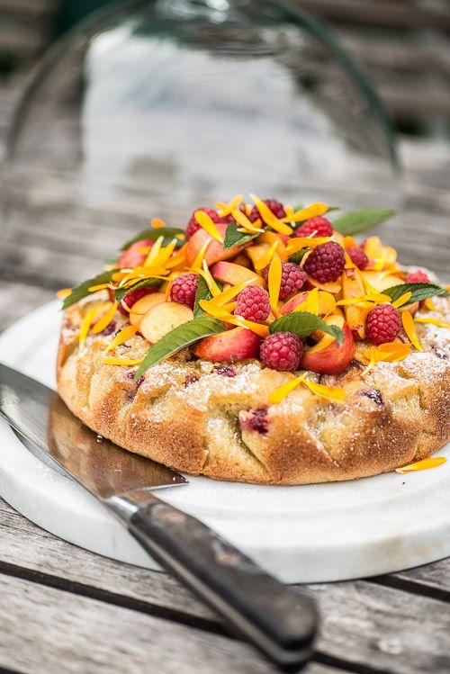 Pistaciekage med nektariner og hindbær