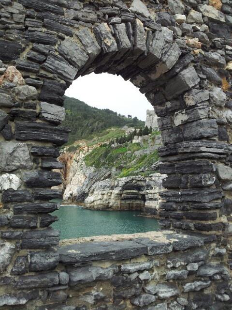 Una finestra sulla grotta di Byron a #PortoVenere: la #Liguria é uno scrigno di angoli incantevoli !