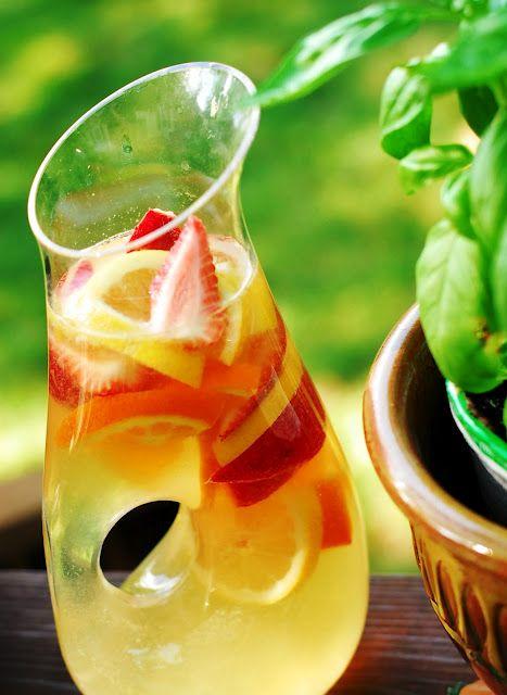 Sangria de Vino Blanco para empezar la Semana Santa! Llena de frutas y anti-oxidantes!