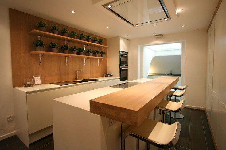 Cucina con isola e ripiano bar per la colazione n.12
